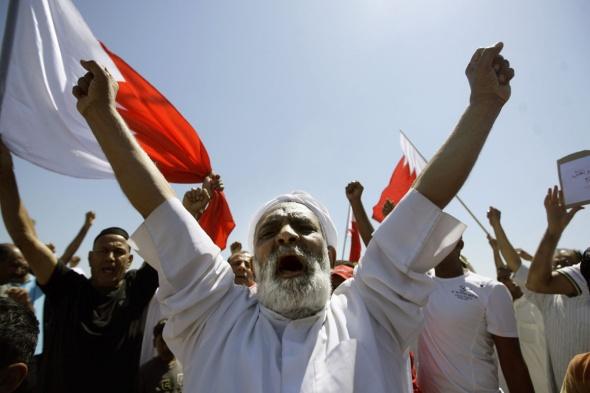 Bahraini Shiite mourners chant slogans d